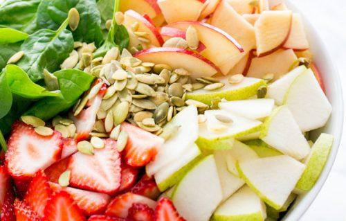 Салат с клубникой и яблоком
