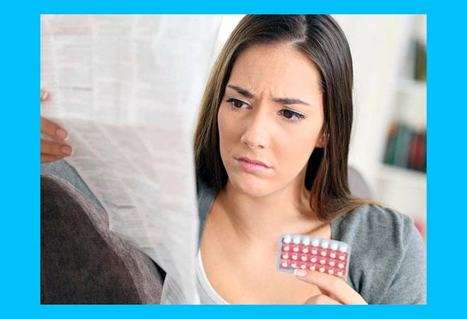 девушка изучает инструкцию к таблеткам