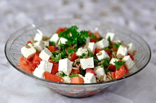 Салат с брынзой, зеленью и помидорами