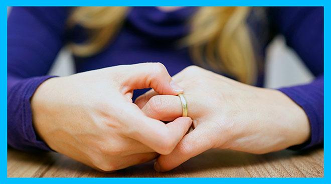 женщина снимает с пальца обручальное кольцо