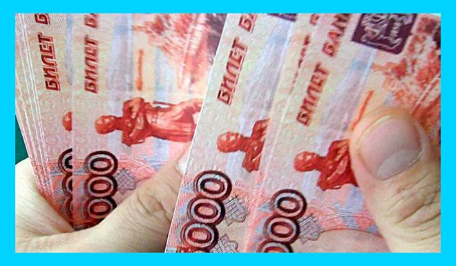 мужчина считает пятитысячные банкноты российских рублей
