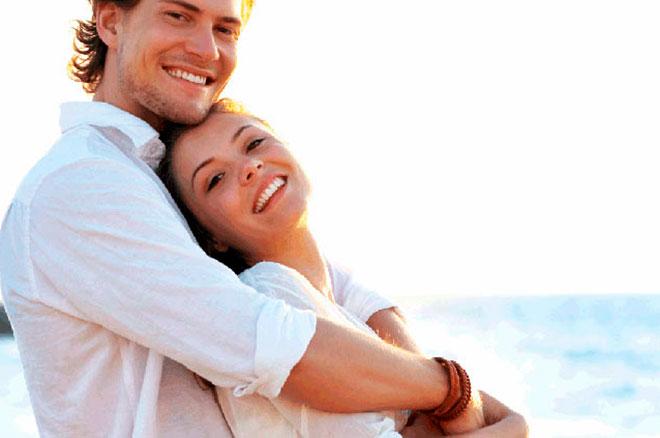 счастливая и здоровая молодая пара обнимается