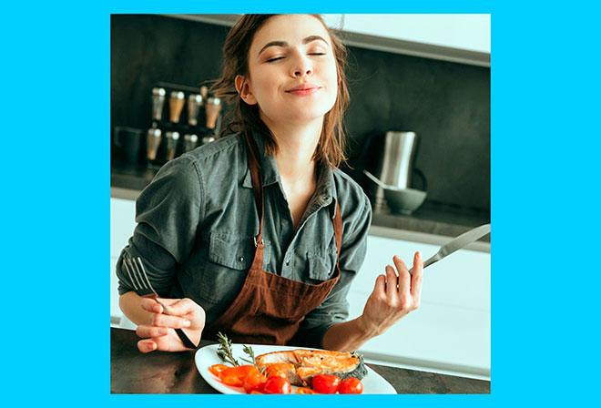 девушка ест рыбу и овощи приготовленные на пару