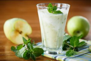 Смузи из груши и яблока на молоке