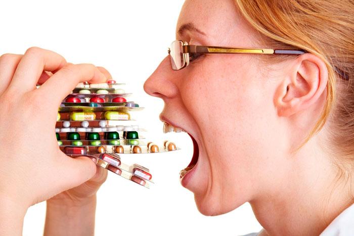 Девушка пьюет много таблеток