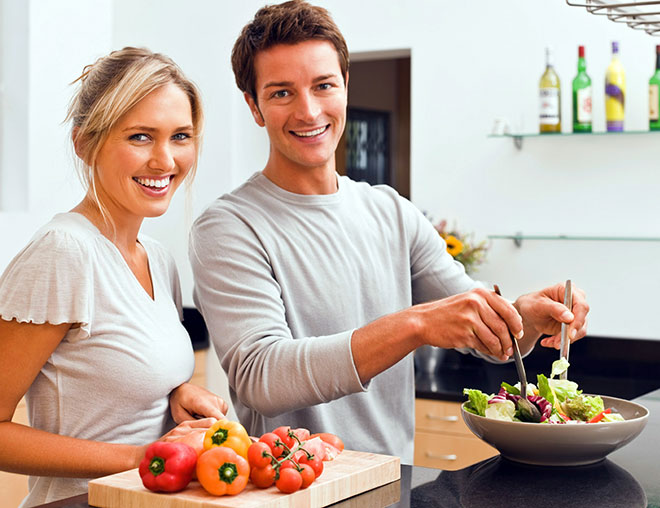 семейная пара готовит полезную еду