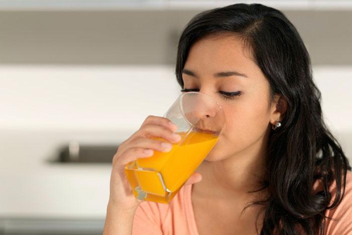 девушка пьет фруктовый сок