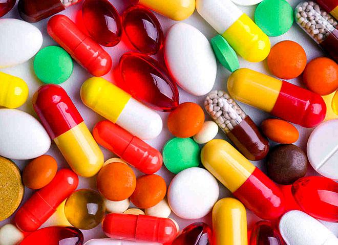 очень много разноцветных таблеток и капсул