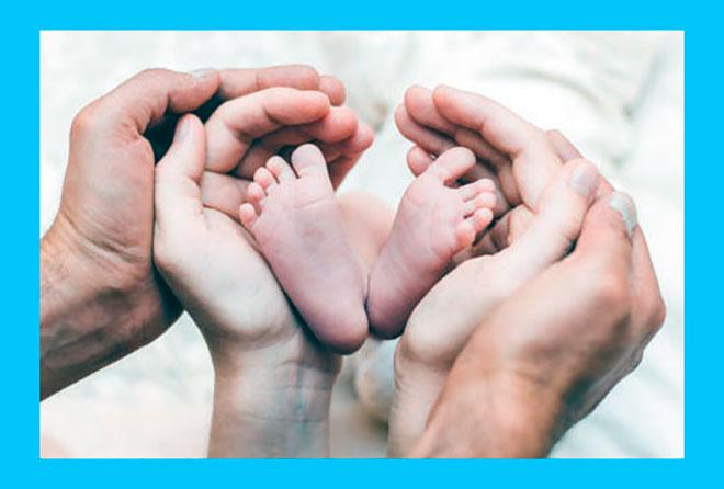 мама папа и их новорожденный ребенок