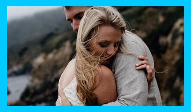 муж обнимает свою грустную жену