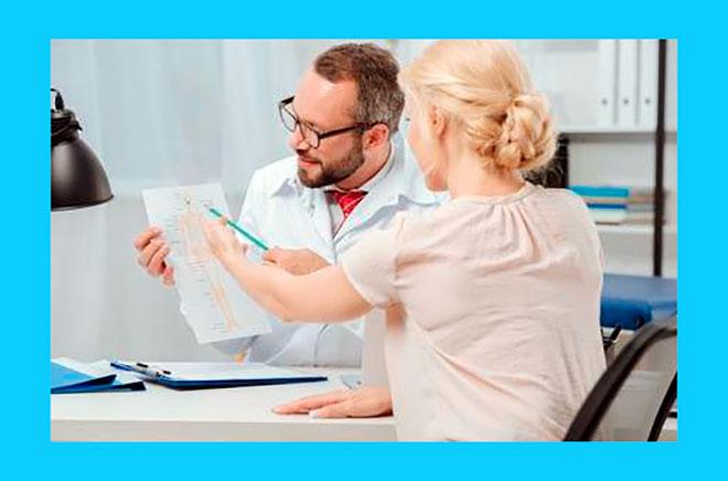 доктор проводит обследование пациентки с бесплодием