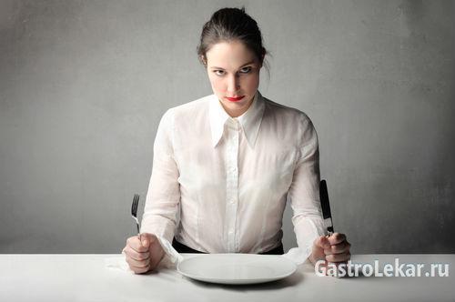 Женщина испытывает голодные боли