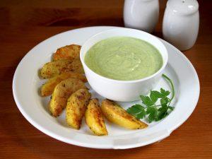 Запеченный картофель с йогуртовым соусом
