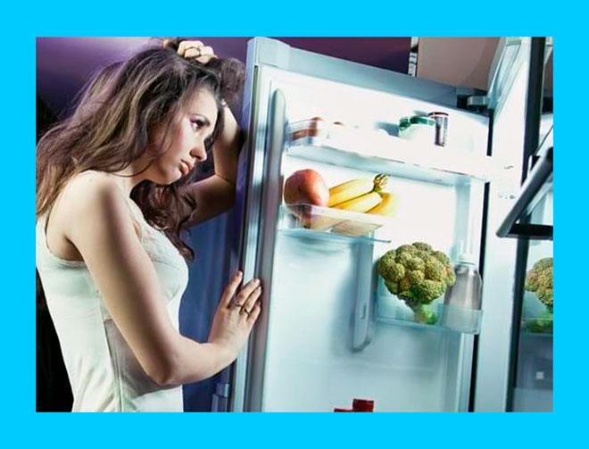 девушка ночью открыла холодильник