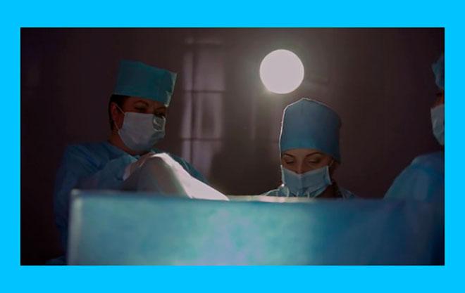 два врача делают пункцию фолликулов при эко