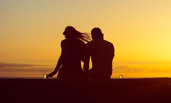 девушка и парень встречают закат