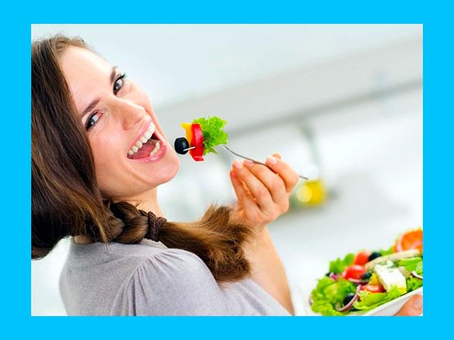женщина ест диетический салат