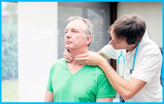 эндокринолог осматривает щитовидку мужчины