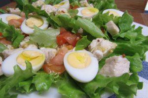 Салат с куриной грудкой и яйцами