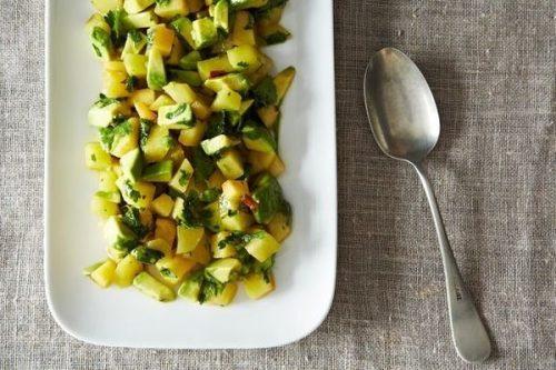 Летний салат из авокадо и сливы