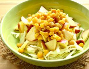 Салат из капусты, яблока и кукурузы
