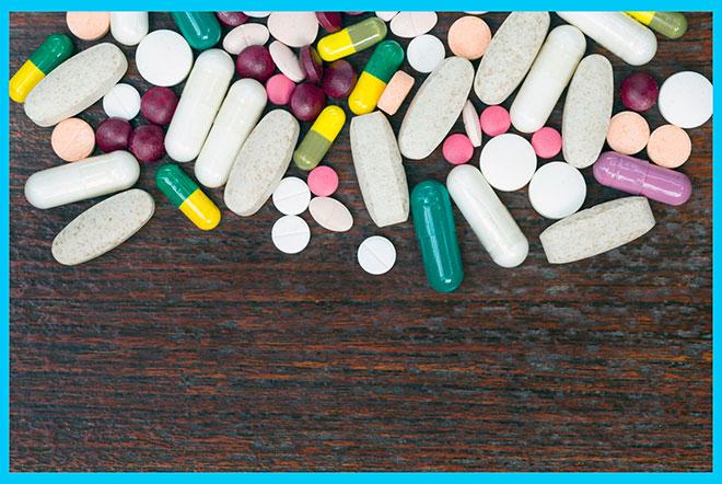 таблетки рассыпаны по столу