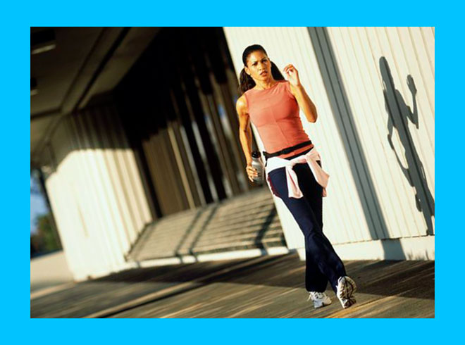женщина занимается быстрой ходьбой