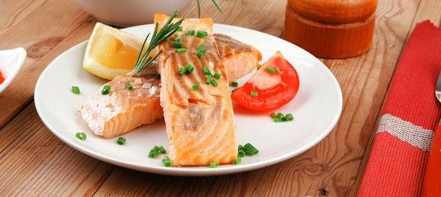 Стейк из лосося с помидорами
