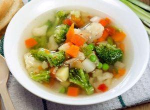 Суп овощной с брокколи и зеленым горошком