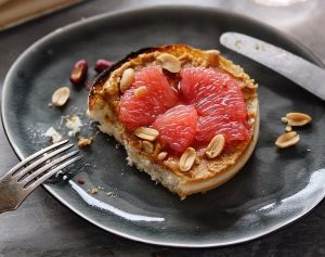 Тост с грейпфрутом и арахисовой пастой