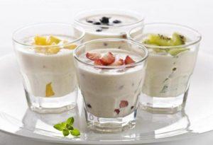 Кефир и йогурт с фруктами