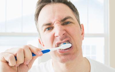 из-за чистки зубов болят десна