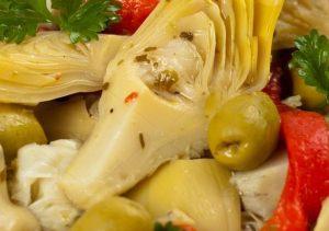 Пряный салат с артишоками оливками и перцем