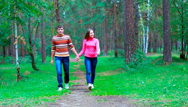 девушка со своим парнем гуляют по парку