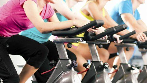 Тренировки в спортзале на велотренажере
