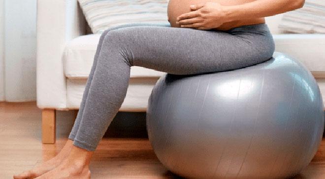 беременная сидит на шаре