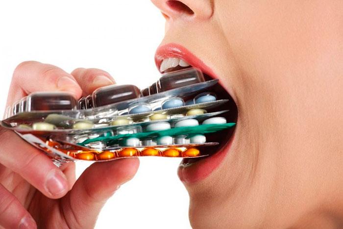 Принимает таблетки