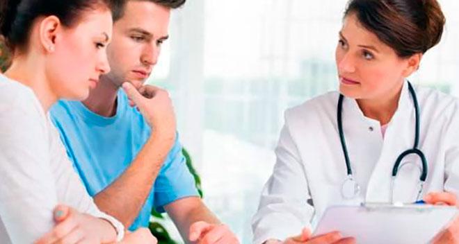 пара бесплодных родителей слушают врача