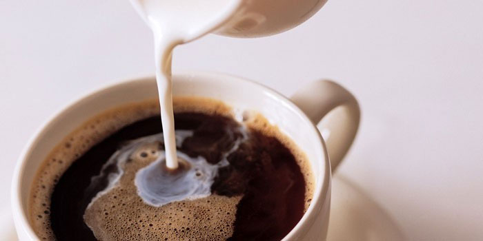добавление в кофе молока