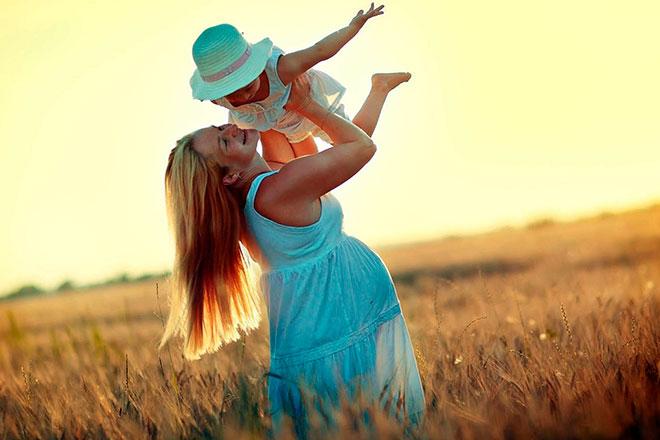 женщина с маленьким ребенком в поле