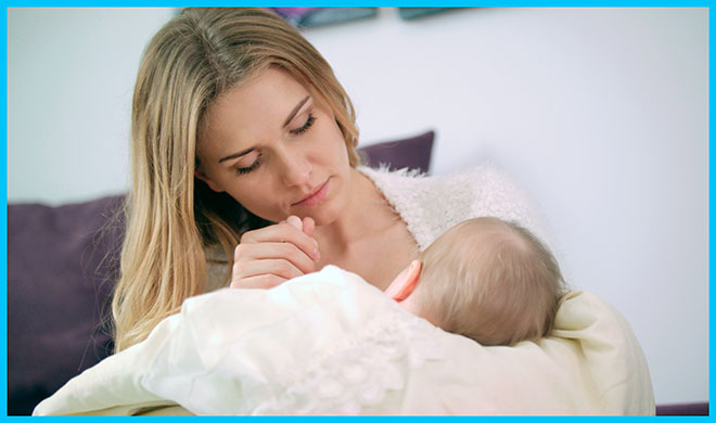 девушка кормит грудью своего ребенка