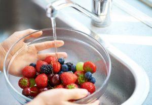 Тщательное мытье продуктов