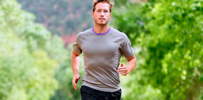 мужчина на пробежке в парке