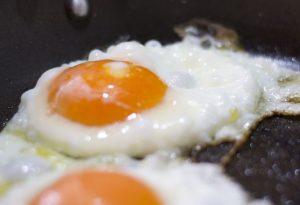 Жарка яиц на масле