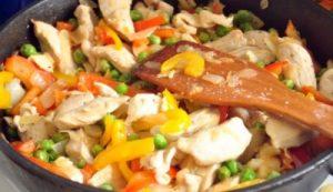 Куриные грудки с овощами