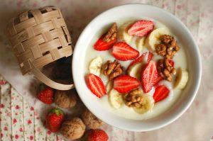 Манная каша с фруктами, ягодами и орехами