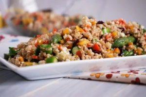 Бурый рис с овощами и зеленью