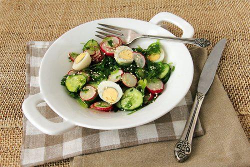 Салат с редисом, яйцом и огурцом