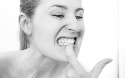 зуб шатается и болит