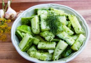 Салат из огурца с зеленью